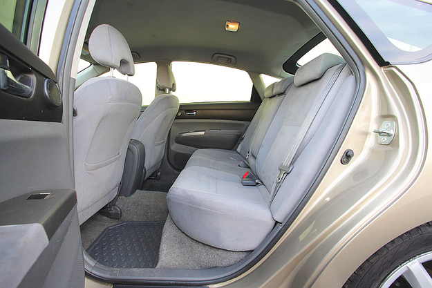 Mnóstwo miejsca na kanapie – na kolana jest go tyle co w klasie wyższej, tylko siedzisko krótsze. /Motor