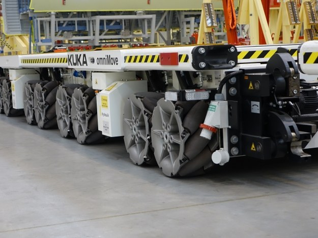 Mobilna platforma do transportu elementów samolotów /INTERIA.PL