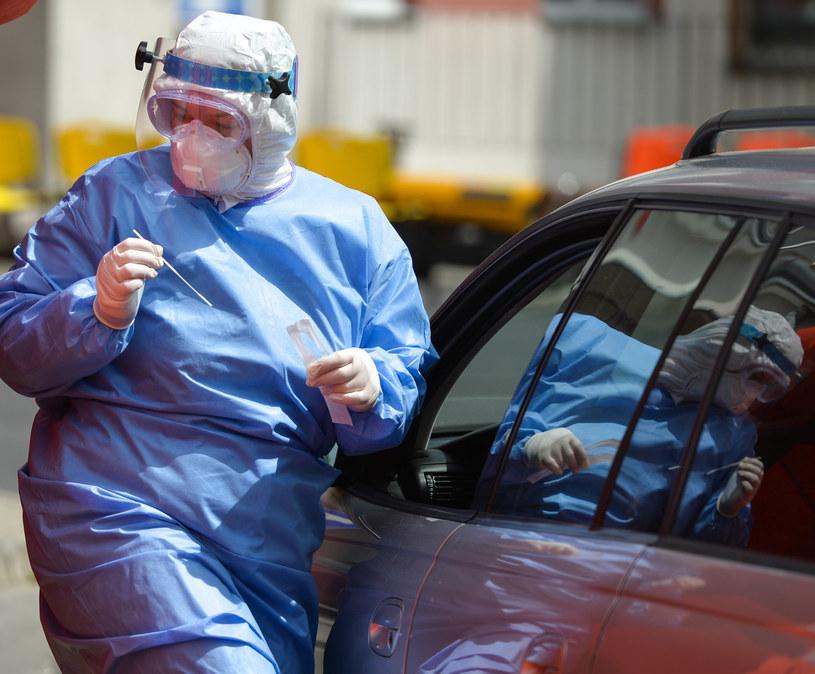 Mobilne pobieranie wymazów do badań drive-thru pod kątem zakażenia koronawirusem przy Wojewódzkim Szpitalu w Przemyślu /Łukasz Solski /East News