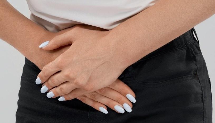 Mocne bóle w podbrzuszu źle wróżą /123RF/PICSEL