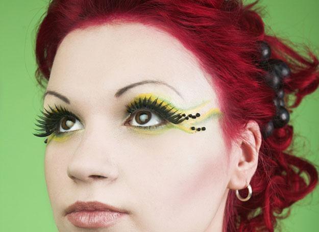 Mocne, wyraziste usta i zjawiskowe sztuczne rzęsy - to one najbardziej liczą się w tym makijażu /© Panthermedia