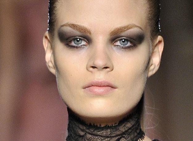 Mocno podkreślone oczy sprawdzają się w makijażu wieczorowym /East News/ Zeppelin