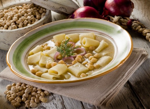 Mocno rozgrzewająca zupa z ciecierzycy /123RF/PICSEL