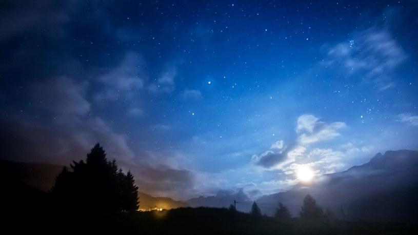 Mocno rozgwieżdżone niebo uznawano za znak, że nadciąga zaraza /123RF/PICSEL