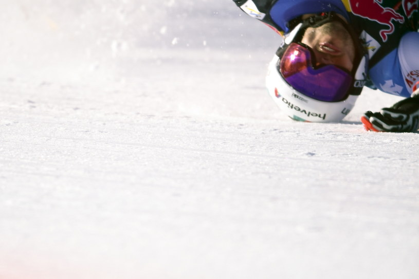 Mocno ucierpiała głowa narciarza, która zebrała dużą część uderzenia o podłoże. /CHRISTIAN BRUNA /PAP