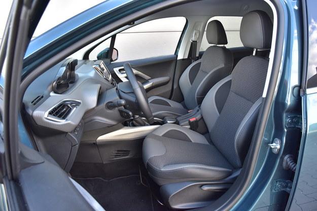 Mocno wyprofilowane fotele są zaskakująco dobre. Regulacja oparcia – pokrętłem. Wysokim kierowcom będzie tu trochę ciasno. /Motor