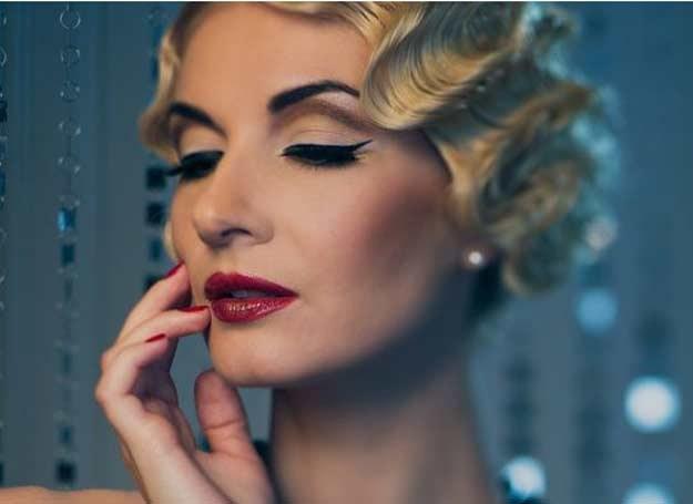 Mocny makijaż postarza /123RF/PICSEL