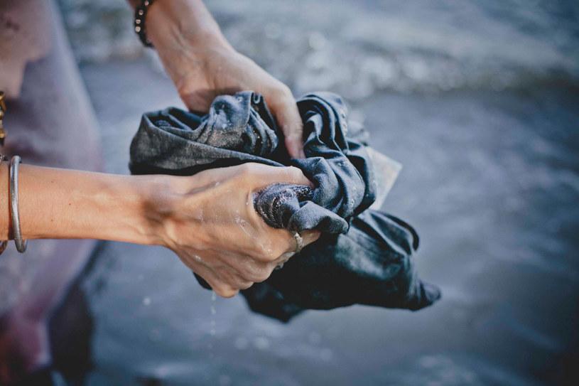 moczenie jeansów /© Photogenica