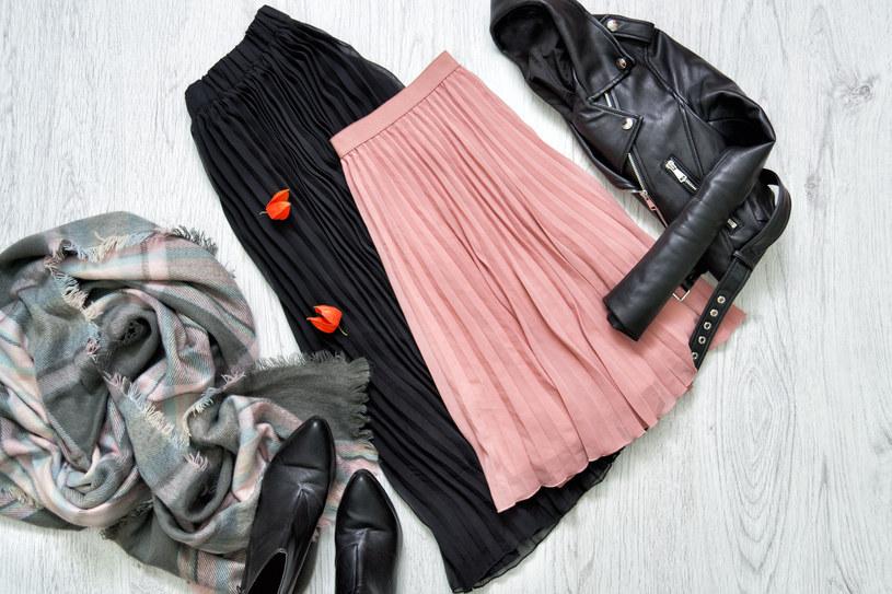 Moda na plisowane ubrania, mimo upływu lat i wciąż zmieniających się trendów, nie mij /123RF/PICSEL