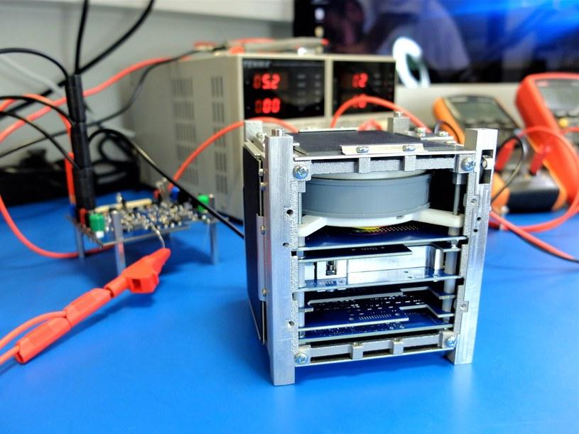 Model inżynieryjny satelity KRAKSat /materiały prasowe