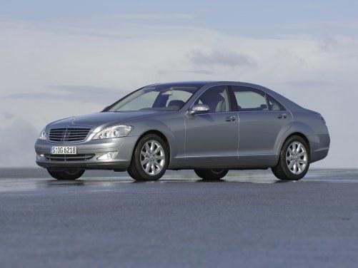 Model ten (dwie wersje długości) znów urósł. Ciekawostka: dźwignia automatu przy kierownicy. Moc silników: 204-612 KM. /Mercedes