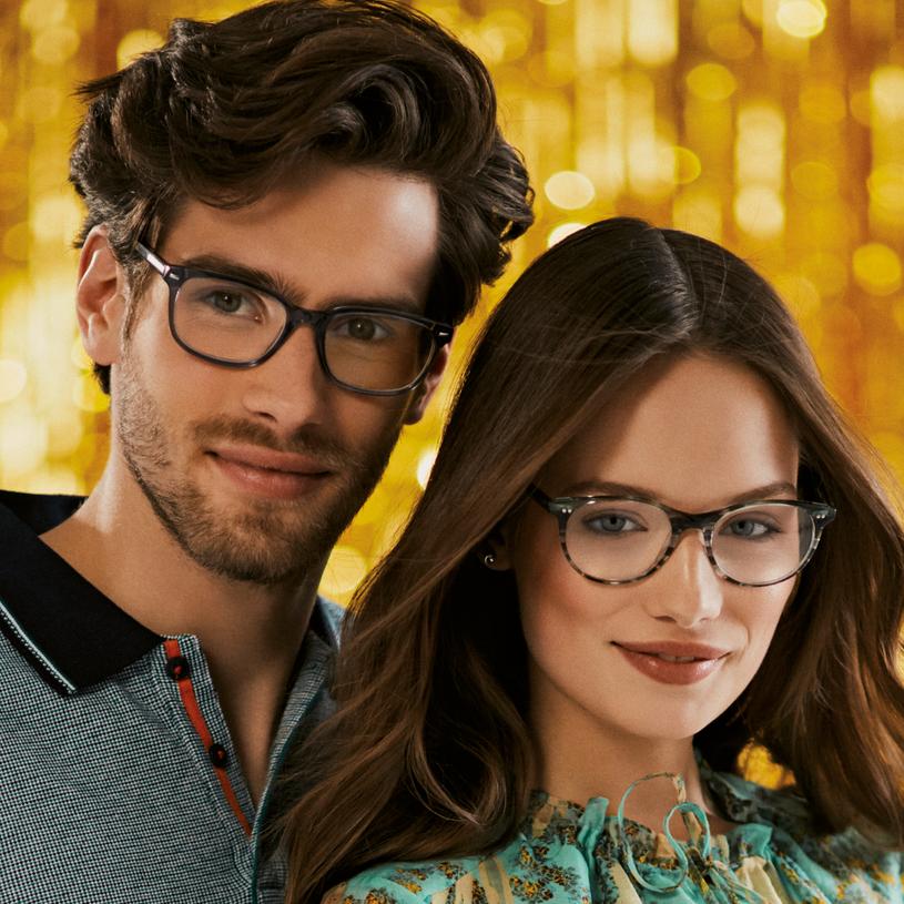 Spotyka się z facetem, który nosi okulary
