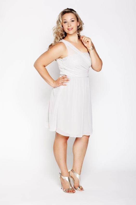 Modele sukienek za kolano dobrze układają się na puszystej sylwetce /123RF/PICSEL