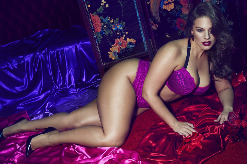 Modelka Ashley Graham szturmem zdobyła świat mody. Tu w kampanii reklamowej bielizny /East News