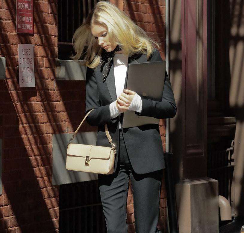 Modelka Elsa Hosk w modnym, świetnie skrojonym garniturze /SplashNews.com /East News