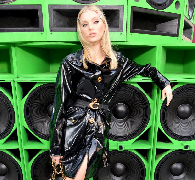 Modelka Elsa Hosk w stylowej pelerynie /East News