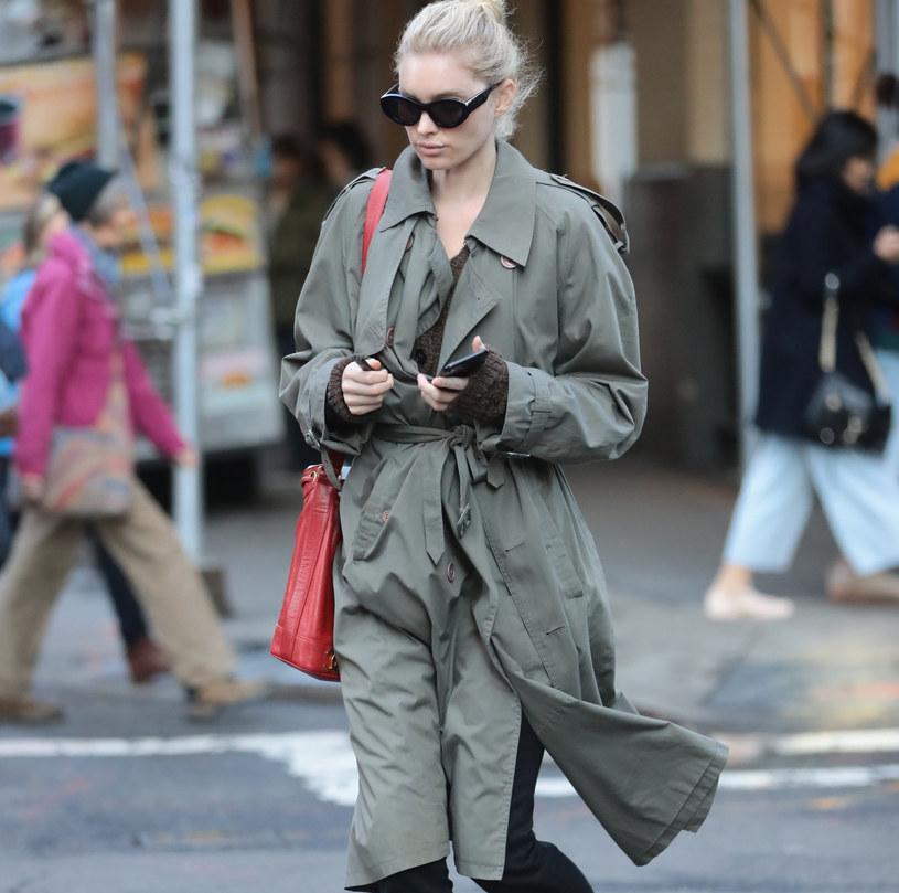 Modelka Elsa Hosk wie, że stylowy płaszcz stanowi rdzeń jesiennej garderoby /SplashNews.com /East News