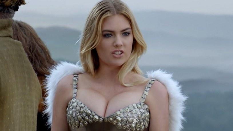 """Modelka Kate Upton - jedna z celebrytek, która padła ofiarą wyłudzenia ze strony cyberprzestępcy (na zdjęciu kad z reklamy gry """"Game of War"""") /materiały prasowe"""