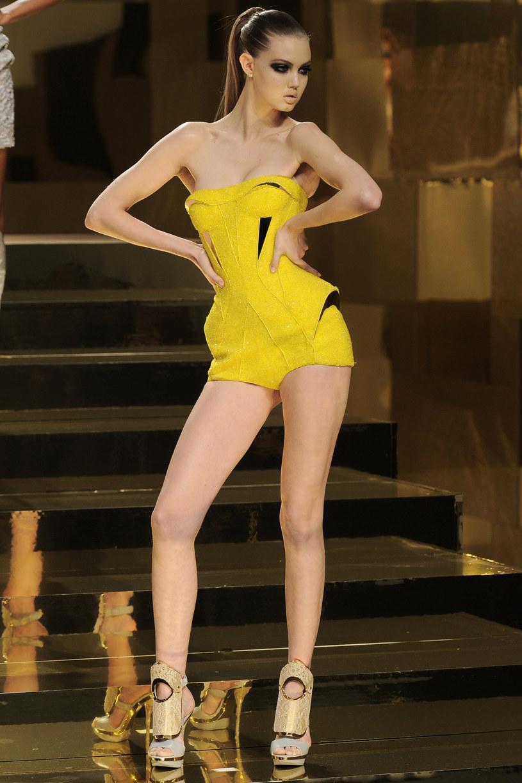 Modelka na pokazie Atelier Versace /Getty Images