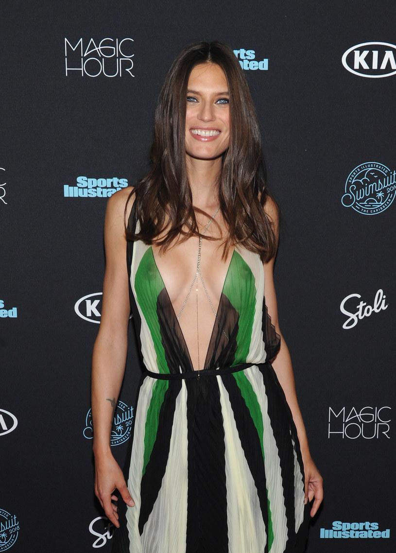 Modelka pozowała z uśmiechem na ustach /Craig Barritt /Getty Images