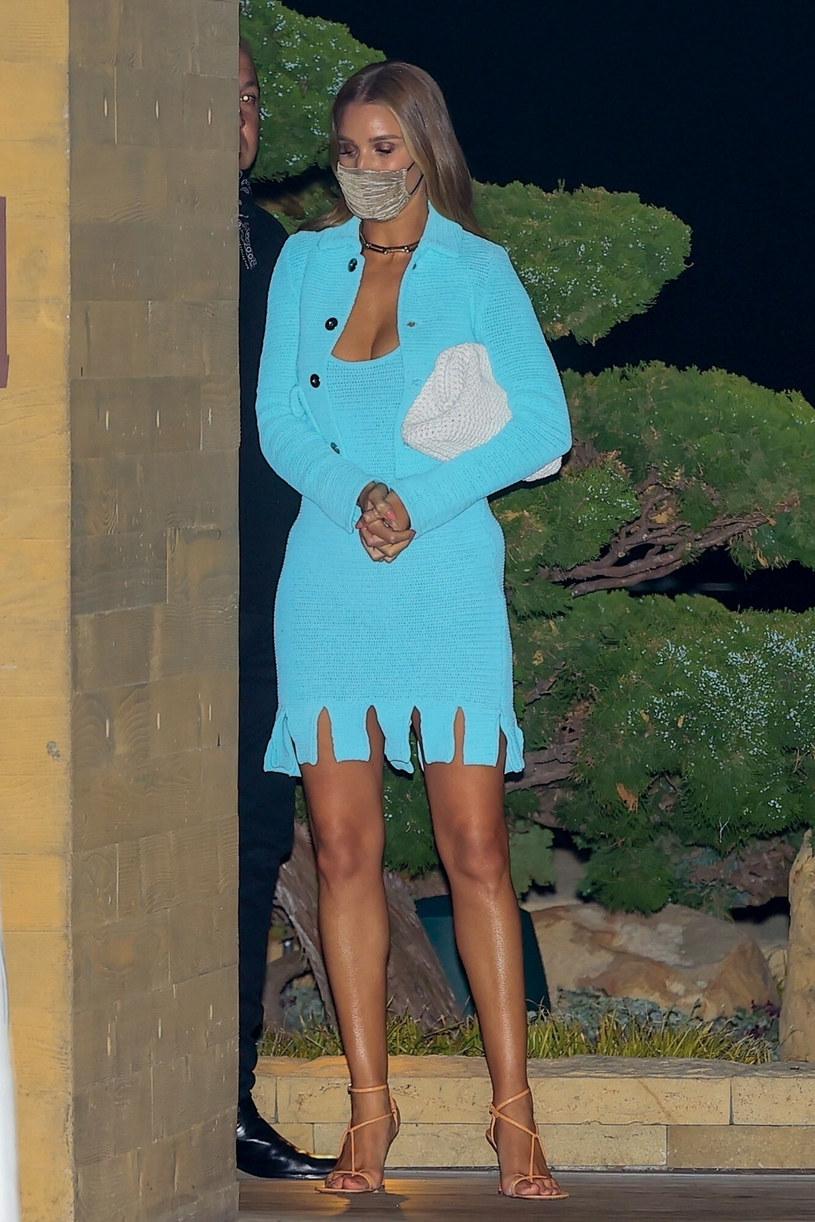Modelka w błękitnym kostiumie pod hotelem Nobu w Malibu /BABA/Backgrid/East News /East News