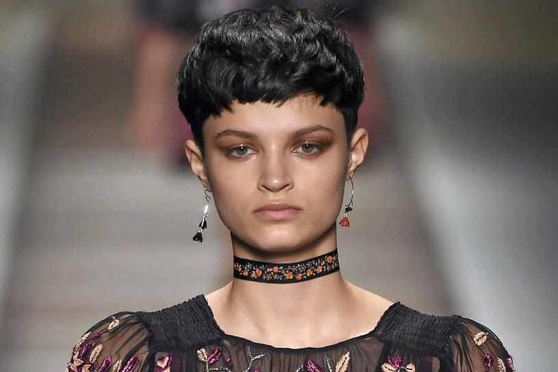 Modelka z którką fryzurą na pokazie Etro /East News/ Zeppelin