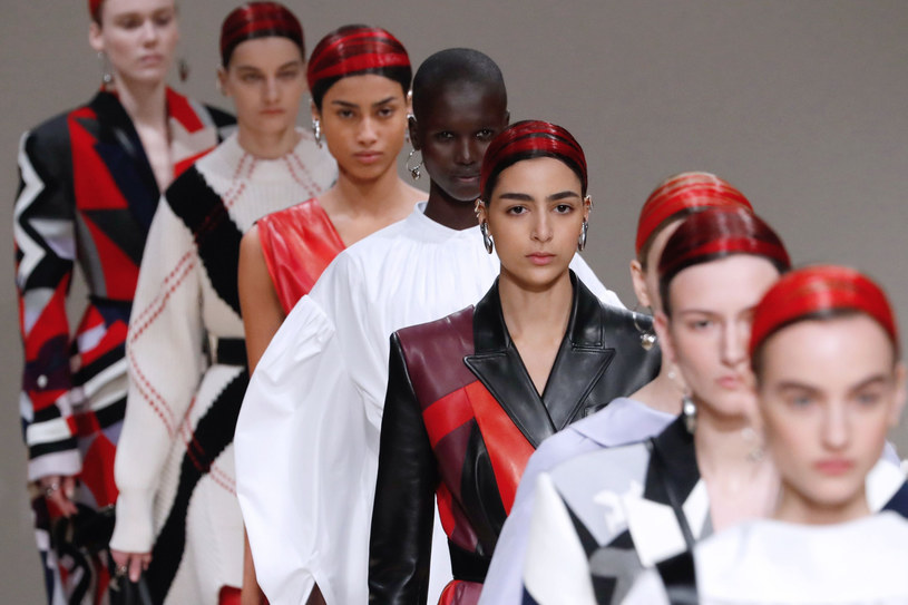 Modelki na tegorocznym pokazie domu mody McQueen miały włosy w odcieniach czerwieni /FRANCOIS GUILLOT/AFP /East News