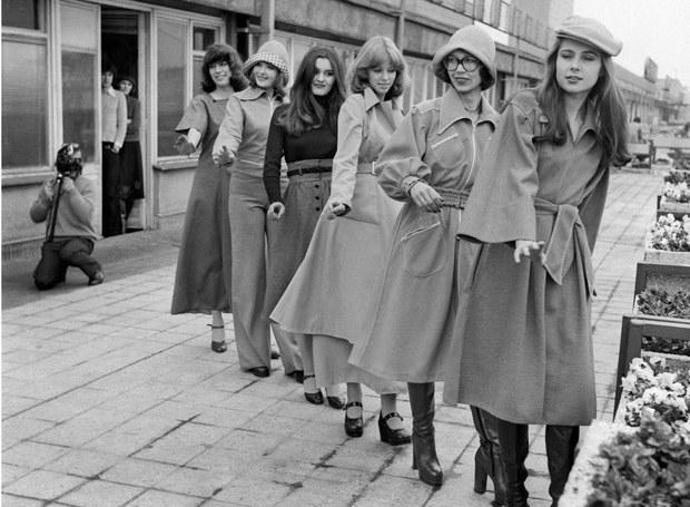 Modelki pozują na tarasie Domu Towarowego Centrum, lata 70-te /Kulakowski/REPORTER /East News