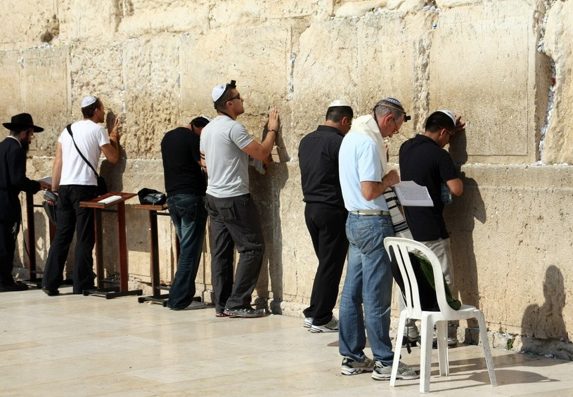 Modlący się pod Ścianą Płaczu w Jerozolimie /Michał Dyjuk /Reporter