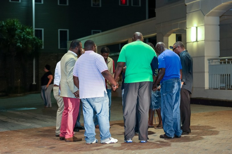 Modlitwa przed kościołem, gdzie doszło do tragedii /PAP/EPA