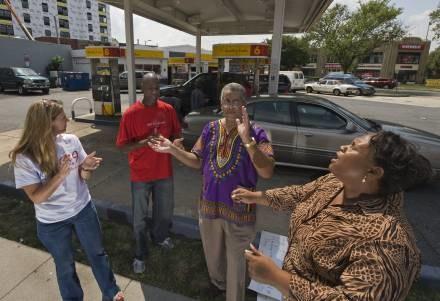 Modlitwa przy dystrybutorze paliwa, Twyman drugi od prawej /AFP