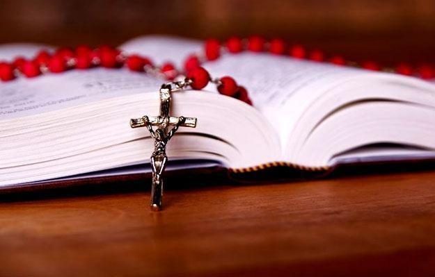 Modlitwa w intencji osób zakażonych koronawirusem może być wieloraka, co udowodnił ks. Chwilczyński, zdjęcie ilustracyjne /123RF/PICSEL