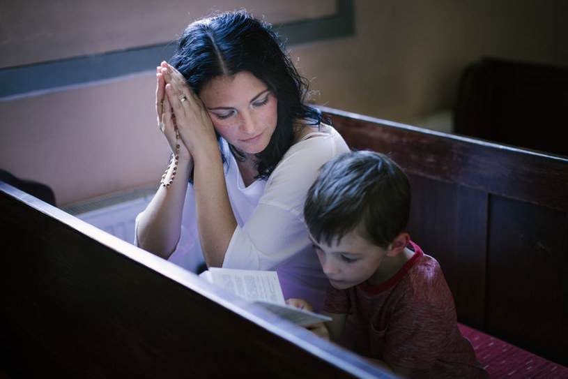 Modlitwa w kościele /©123RF/PICSEL