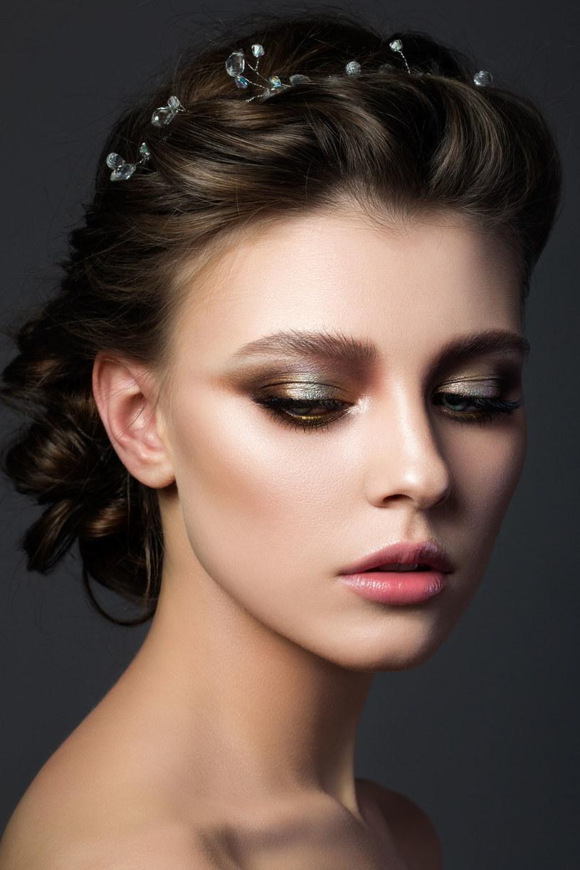 Modne fryzury - bogate zdobienia /123RF/PICSEL