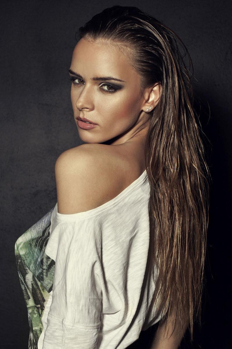 Modne fryzury: Mokra włoszka /123RF/PICSEL