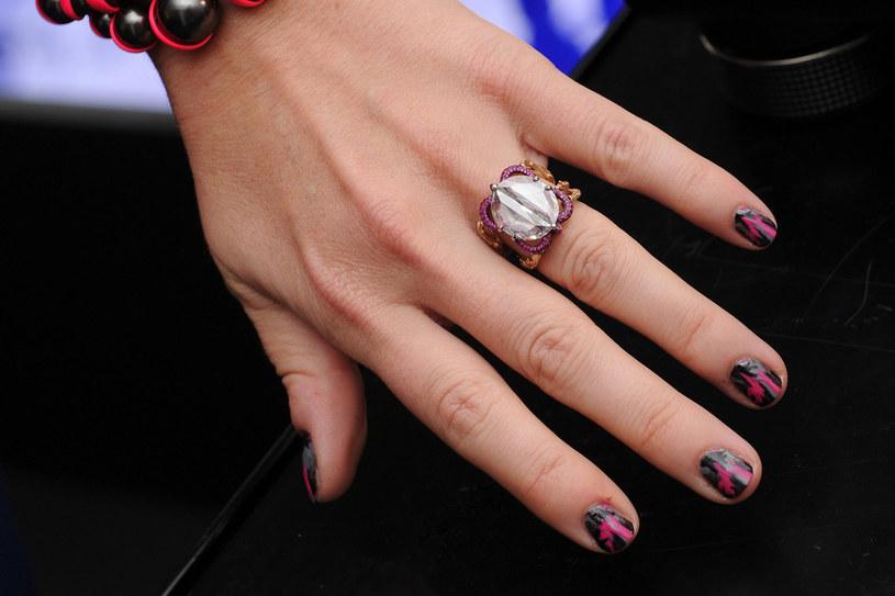 Modne paznokcie w kilku kolorach /Getty Images/Flash Press Media