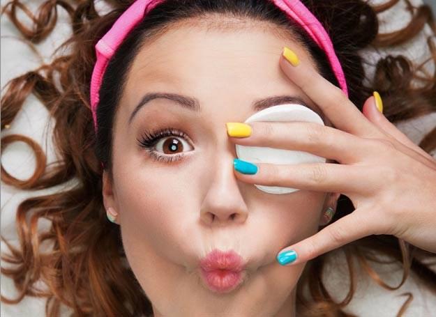 Modnie ozdobione paznokcie nadają ton naszym letnim stylizacjom /123RF/PICSEL