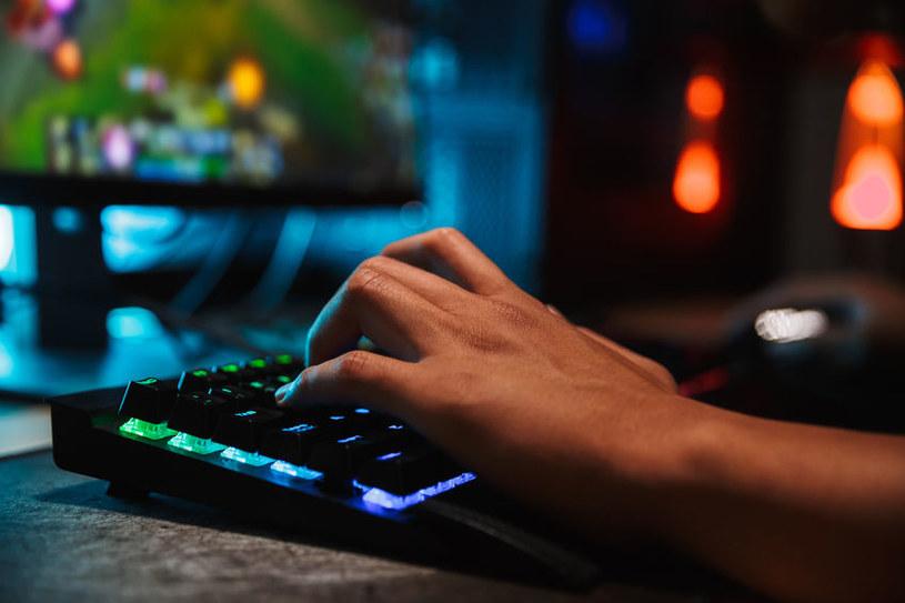 Modyfikacje gier o zabarwieniu politycznym zostają czasowo wstrzymane /123RF/PICSEL
