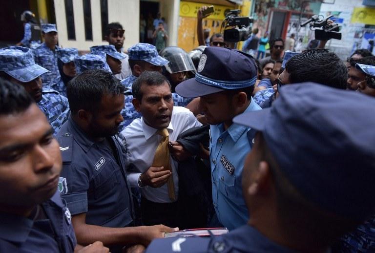 Mohamed Nasheed w drodze do sądu, zdj. z lutego 2015 /ADAM SIREII  /AFP