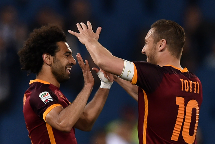 Mohamed Salah (z lewej) i Francesco Totti cieszą się z wyrównującego gola dla Romy /AFP