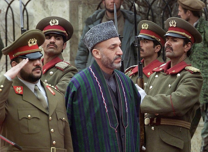 Mohammad Kasim Fahim (z lewej) i Hamid Karzaj /REUTERS/Oleg Popov /Agencja FORUM