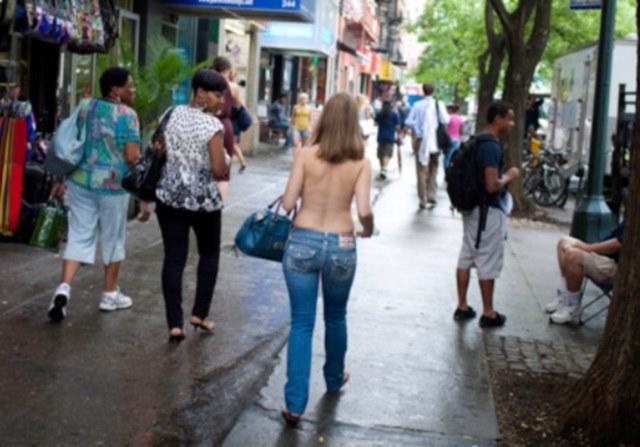 Moira Johnson spaceruje ulicami Nowego Jorku /materiały prasowe