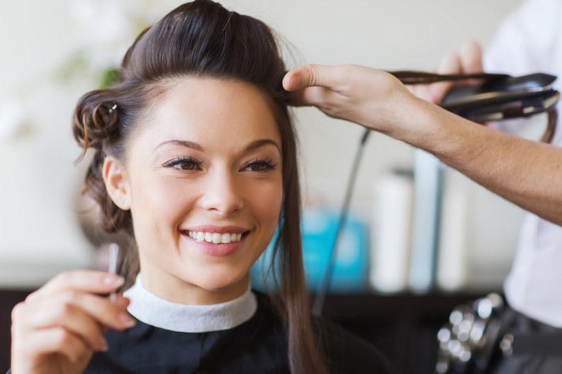 Mokre pasma przeczesz palcami lub grzebieniem o szeroko rozstawionych ząbkach. Inaczej zniszczysz strukturę włosa /123RF/PICSEL