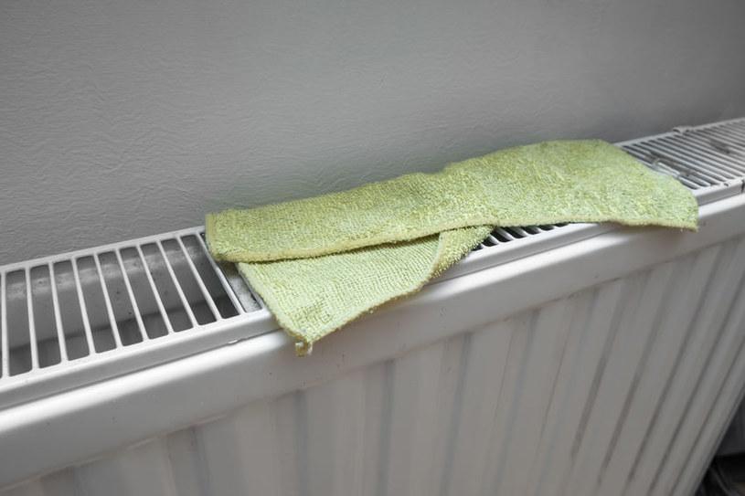 Mokry ręcznik lub ściereczka na kaloryferze nawilżą powietrze /123RF/PICSEL