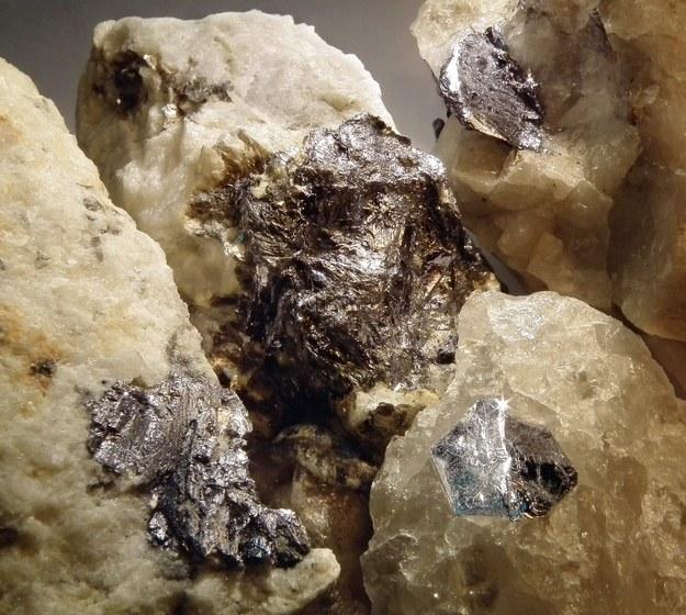 Molibdenit często przyjmuje postać charakterystycznych sześciokątnych płytek o srebrzystym zabarwieniu Fot. FUW /RMF24