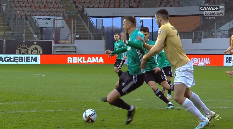 Moment faulu na zawodniku Legii (źródło: Canal+ Sport) /INTERIA.PL