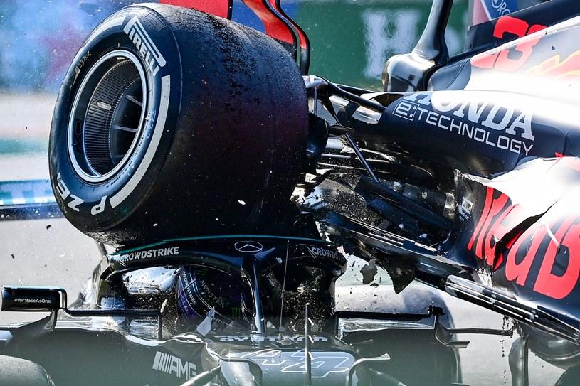Moment, gdy bolid Verstappena przejechał po maszynie Hamiltona /AFP/AFP ANDREJ ISAKOVIC/ /AFP