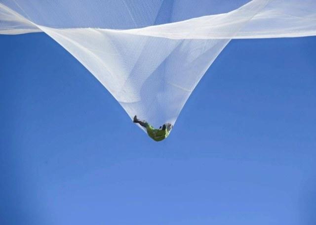 Moment lądowania skoczka w siatce /materiały prasowe