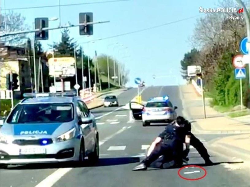 Moment obezwładnienia nożownika w Rybniku /policja.pl /