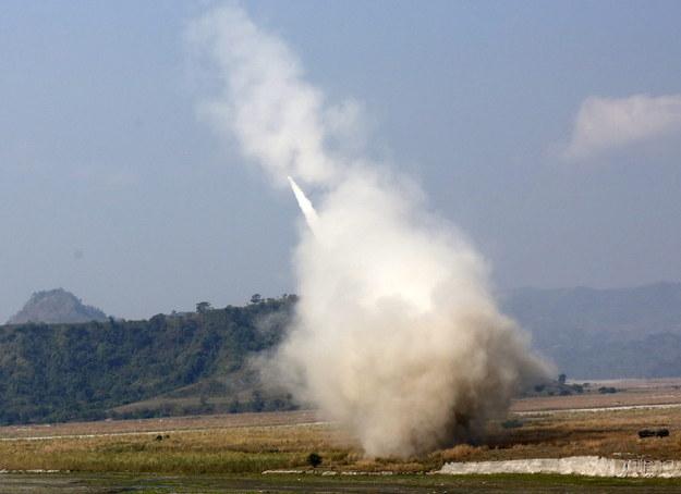 Moment odpalenia pocisku przez system HIMARS (High Mobility Artillery Rocket System) /FRANCIS R. MALASIG /PAP/EPA